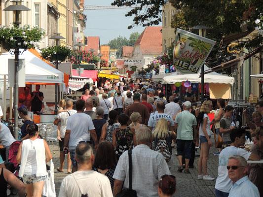 Menschenmassen, der Blick zum Marktplatz.