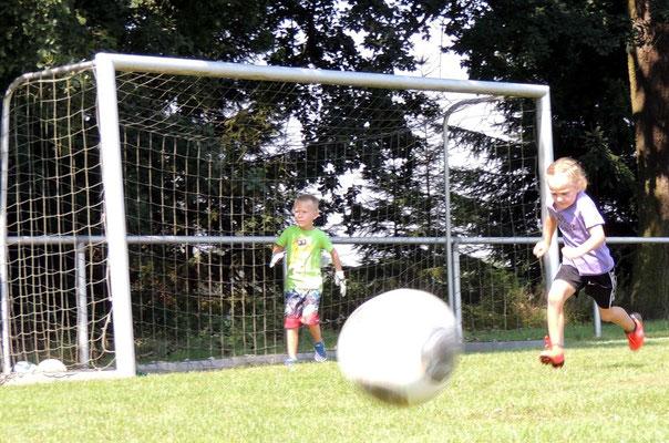 Auch den Bällen jagte man beim Fußball spielen hinterher.