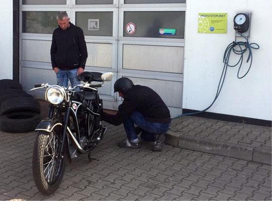 Nicht nur Kraftstoff war begehrt, auch ein Lüftchen musste sein....