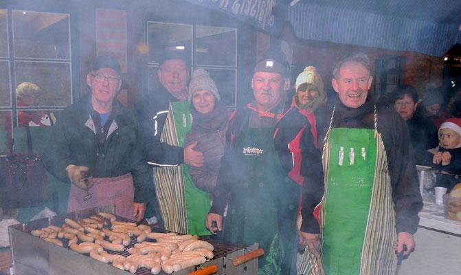 """Das  """"Bratwürstchen-Team"""" vom Flechtinger Mühlenverein kam nicht nur durch die Hitze des Grills ins schwitzen...."""