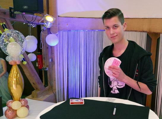 Leon Zimdahl, Kartenkünstler aus Hasselburg, brachte die Zuschauer zum Staunen.