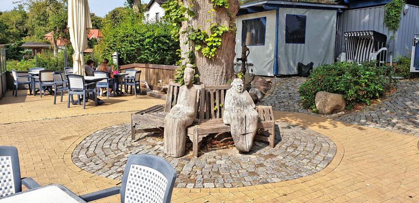 Die beiden damaligen Eigentümerinnen, verewigt in Holz.