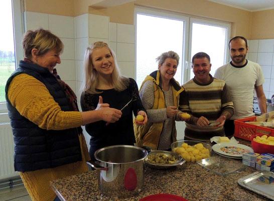Die Flüchtlinge aus der Gemeinschaftsunterkunft in Weferlingen haben Spezialitäten aus ihren Heimatländern vorbereitet