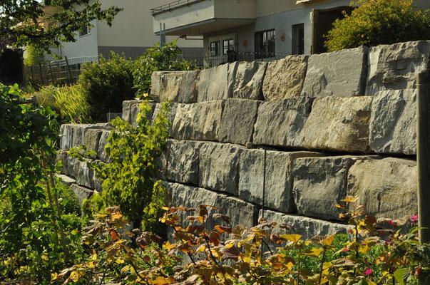 Blocksteinmauer bei Einfamilienhaus