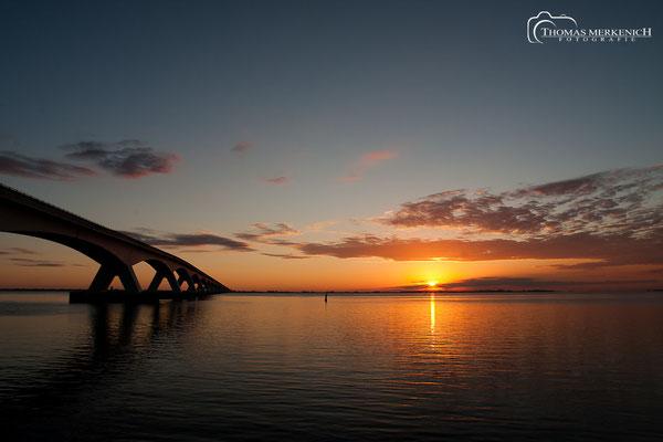 Zeeland-brücke im Sonnenaufgang