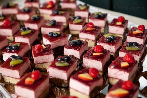 Kuchenbuffet bei einer Hochzeit