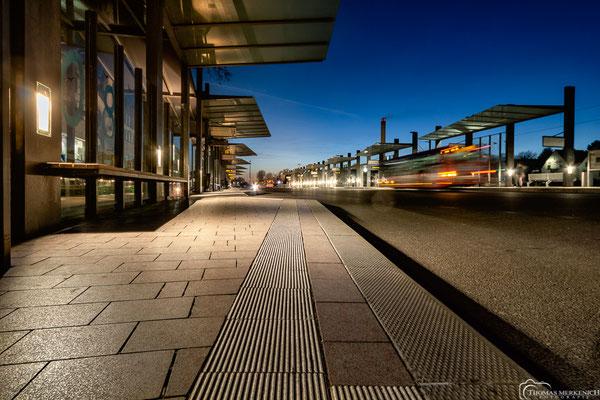 Busbahnhof in Bergisch Gladbach zur blauen Stunde