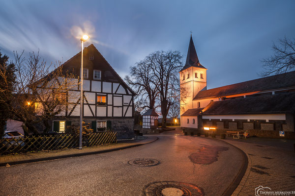 Gasthaus am Alten Fronhof und die Kirche St. Antonius Abbas, Herkenrath