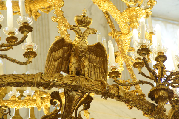 Das Wappen des Zaren im Kronleuchter
