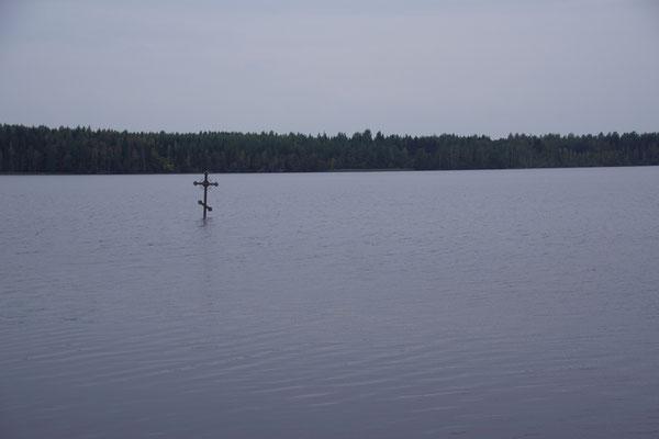 einsames Kreuz im See