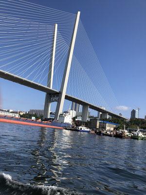 Die Brücken beherrschen das Stadtbild