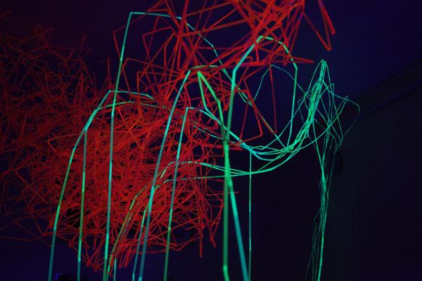 Tag 2-Neonkerwe2014- die grünen Neontrinkhalme-Linien verbinden die roten Cluster mit dem Raum