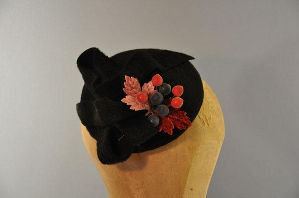 kleines Käppchen aus schwarzen Melousinefilz mit Kunstbeeren