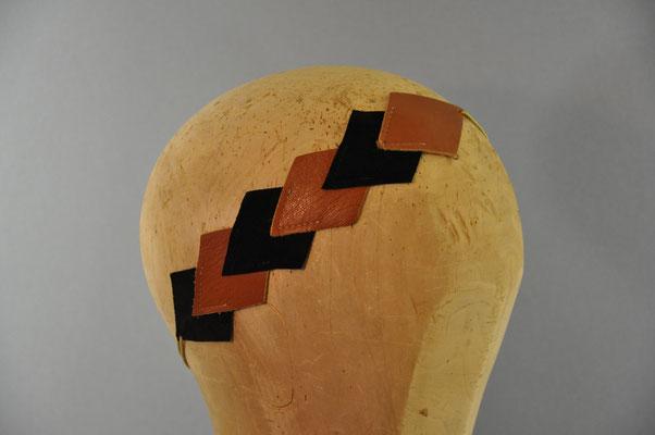 schwarze und cognacfarbene Rauten, aneinandergenäht zu einem Haarband