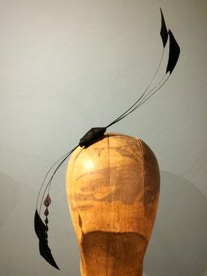 filigraner Haarschmuck aus einer kleinen schwarzen Sinamaybasis und langen, feinen Coquetips