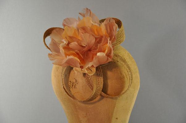 Federblüte auf einer Basis aus Strohschlaufen gearbeitet auf einen Kamm