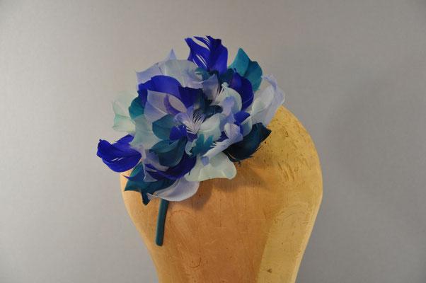 Federblume in verschiedenen Blautönen auf einem Haarreifen
