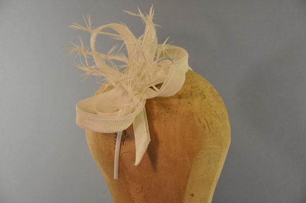 weißer Haarschmuck aus Sinamay mit geknoteten Federn