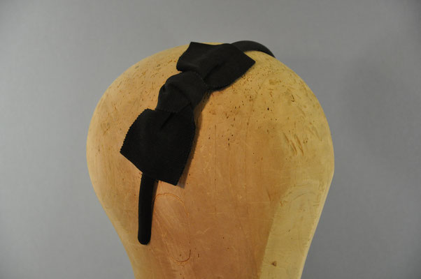 schwarze Ripsschleife auf einem Haarreifen