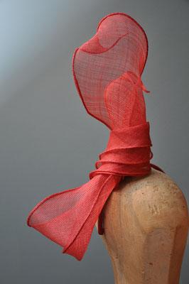 extravaganter Schleifenfascinator aus rotem Sinamay
