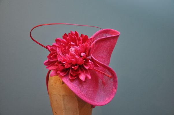 außergewöhnlicher Fascinator mit Blüte und einem Federkiel in pink