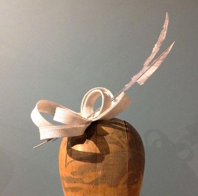 hellgrauer Haarschmuck aus Sinamay mit geschnittenen Straußenfedern