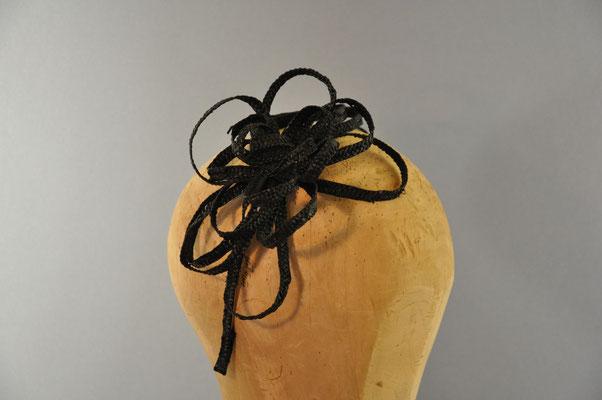 feine Strohschluppen in Form einer Blüte auf einem Haarreifen