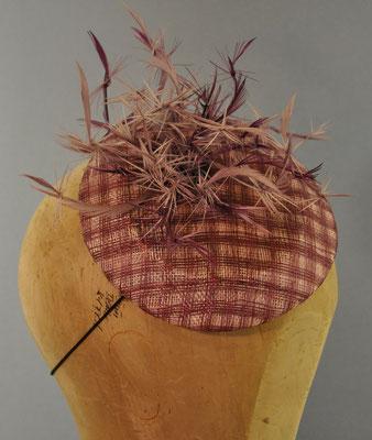 Käppchen in flieder und lila mit Gitterstrucktur und geknoteten Reißfedern