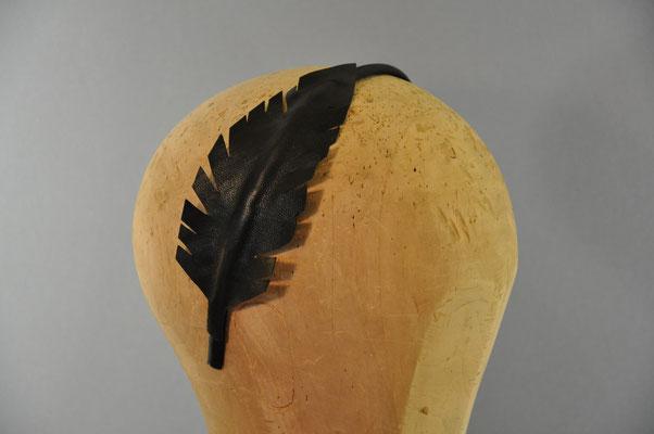 Feder aus feinem Ziegenleder auf einem Haarreifen in schwarz
