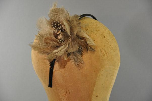 Federblume in verschiedenen grautönen auf einem Haarreifen