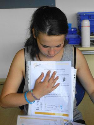 Anja hält ihre Lern-Unterlagen auf dem Laufenden.