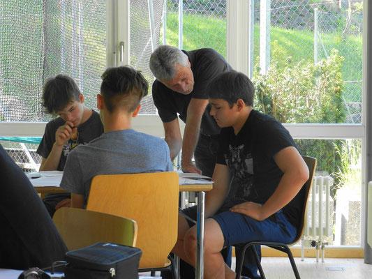 Andreas Müller im Gespräch mit seinen Schülern.