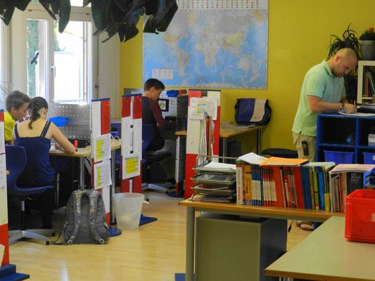 Jeder arbeitet an seiner eigenen Kompetenzbaustelle - ein hilfsbereiter LernCoach ist aber immer in der Nähe.