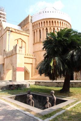 Zurück in Sansibar City: Genau an der Stelle, an der heute die anglikanische Christuskirche steht, war einst der zentrale Umschlagplatz des ostafrikanischen Sklavenhandels.