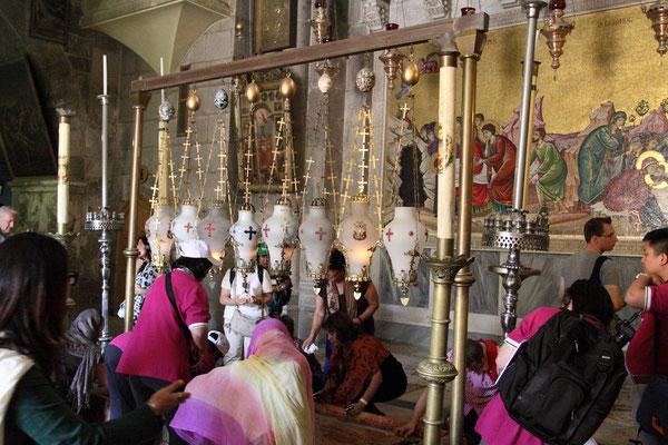 Pilgergruppen aus der ganzen Welt drängeln sich an den heiligen Stätten, wie hier am Salbungsstein