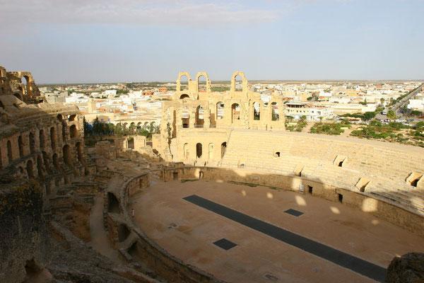 Mit 148 m Länge ist es  das drittgrößte Theater der römischen Welt.
