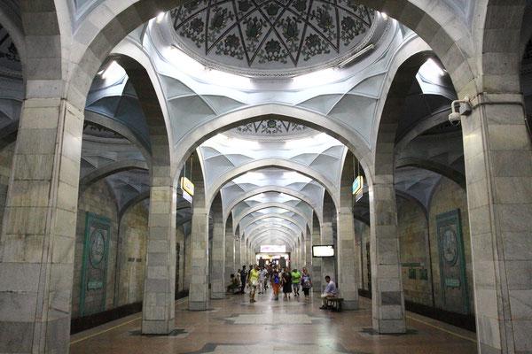 Die Taschkenter sind stolz auf ihre moderne U-Bahn. Sie besticht durch Pünktlichkeit, Sicherheit und Sauberkeit, die Stationen sind alle schön gestaltet.