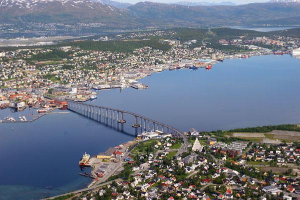 43 m hohe Stadtbrücke über den Tromsösund, die das Zentrum mit dem Stadtteil Tromsdalen verbindet, zu sehen auch die Eismeerkathedrale