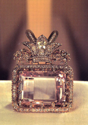 """In diesem Museum ist die bedeutenste Juwelensammlung der Welt untergebracht, wie hier gezeigt mit dem Darya-ye Nur-Diamanten, genannt """"das Meer des Lichts"""". Er gilt mit 182 Karat als der größte aus einem Stück geschliffene Diamant der Welt."""