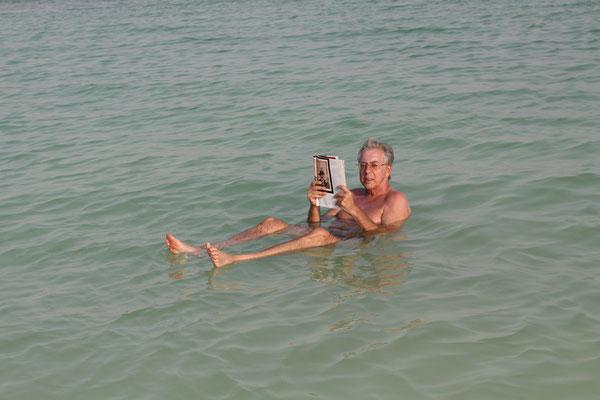 Nur 30 km von Jerusalem entfernt liegt das 600 qkm große Binnenmeer mit stetigen 26 ° Wassertemperatur, in dem man bekanntlich nicht untergehen kann. Auch im November hatten wir 30 ° Lufttemperatur