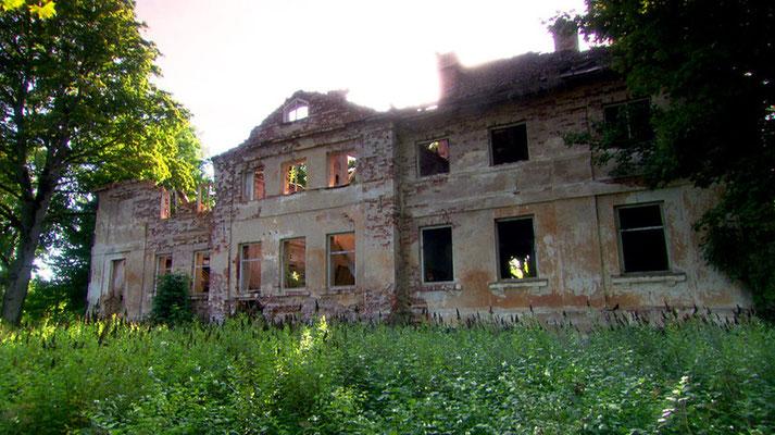 Über 700 Jahre lang lebten deutsche Einwanderer und ihre Nachkommen in Lettland, oft in Schlössern oder Herrenhäusern. Sie besaßen bis zu 80 Prozent des Landes, bevor sie von den Nazis durch Verträge mit Stalin umgesiedelt wurden.