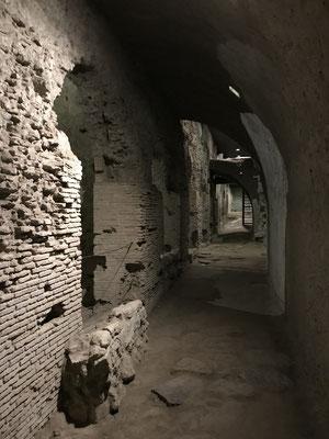 Ruhe findet man im unterirdischen Neapel, wie hier im San Lorenzo Maggiore, einer Geschäftsstraße aus römischer Zeit. Fast die gesamte Innenstadt ist erbaut auf den Fundamenten antiker römischer Gebäude.