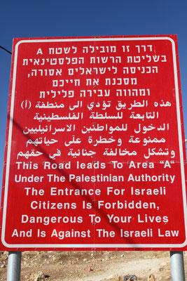 Die Warnhinweise, da merkwürdigerweise auch in Englisch, sollen Touristen davon abhalten, Palästina zu bereisen