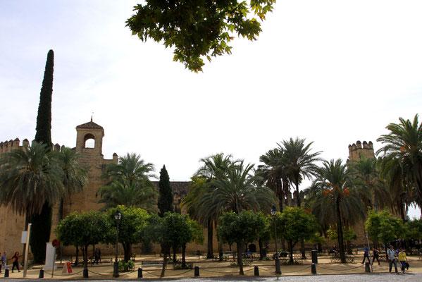 Inquisitorenpalast in malerischer Palmenkulisse