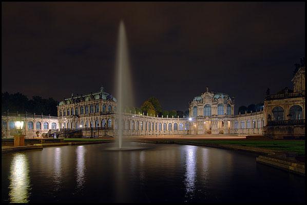 Die Arbeiten an den Bogengalerien, dem Nymphenbad und dem Gebäudetrakt des späteren Mathematisch-Physikalischen Salons begannen 1711.