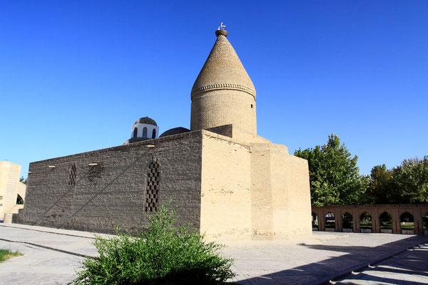 Neben der Bolo-Hauz-Moschee, auf einer kleinen Straße, erreicht man die Hiobsquelle. Hiob soll hier auf Geheiß Gottes seinen Stab in den Boden gestoßen haben, woraufhin eine Quelle sprudelte. Sie gibt es heute noch, das Wasser aus ihr gilt als heilkräftig