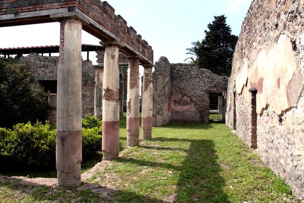 Kleiner Palast mit Säulengängen