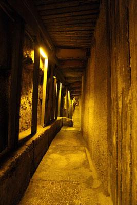 Unmittelbar an der Klagemauer beginnt der Gang durch den 500 m langen Klagemauertunnel, der sich unterhalb der Westmauer entlangzieht und seinerzeit als Fluchttunnel diente.