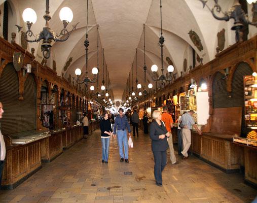 Während ihrer Blütezeit im 15. Jahrhundert waren sie ein wichtiges Zentrum des internationalen Handels. Hier konnten die Krakauer Bürger exotischer Produkte aus fernen Ländern erwerben, wie Gewürze, Seide und Leder.
