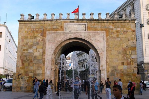 Bab el-Bahr an der Place de la Victoire: Ausgangspunkt eines Streifzuges durch die Medina von Tunis. Erst Mitte des 19. Jhdts entstanden, jetzt Überbleibsel der von den Franzosen abgerissenen Medinamauer.